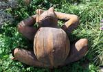 Stele aus Holz, Moto Wood Art, Art Deko, Chillender Frosch, Buche, ca 60 x 60 cm
