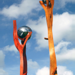 Stele aus Holz, Moto Wood Art, Birne, Hände die nach dem Kosmos greifen, 170 cm, 300 cm mit Edelstahlkugel