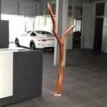 Slulptur, Stele aus Holz, Schwungvoll,  Porschezentrum Schwarzwald Baar