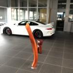 Skulprur, Stele aus Holz, Red Wave,  Porschezentrum Schwarzwald Baar