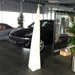 Skulptur, Stele aus Holz, Pyramide,  Porschezentrum Schwarzwald Baar