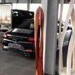 Skulptur, Stele aus Holz, Twins,  Porschezentrum Schwarzwald Baar