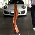 Skulptur, Stele aus Holz, Wave,  Porschezentrum Schwarzwald Baar